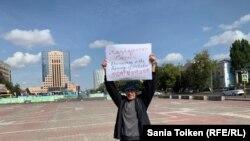 Марат Мусабаев проводит акцию протеста в Нур-Султане. 4 сентября 2019 года.