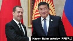 Сооронбай Жээнбеков жана Дмитрий Медведев (архив)