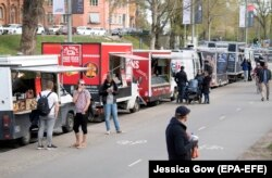 А у вуличних закладах – усе навстоячки, Стокгольм, 26 квітня 2020 року