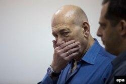 Экс-премьер-министр Эхуд Ольмерт соттун өкүмүн угууда. 25-май 2015