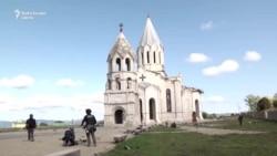O catedrală armeană din Nagorno-Karabah a fost bombardată de două ori de Azerbaidjan. Trei jurnaliști străini răniți