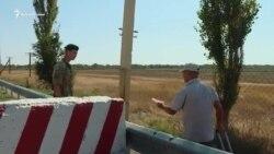 На админгранице с Крымом пешеходам выдают информационные листовки (видео)