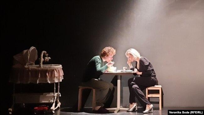 """Сцена из спектакля """"Viva, Вита!"""". Сутенерша Зоя и ее сын Федя ужинают"""