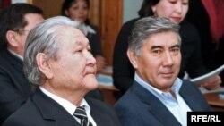 Жармахан Туякбай (справа) и Серикболсын Абдильдин в бытность главой Коммунистической партии Казахстана. Алматы, 9 января 2009 года.
