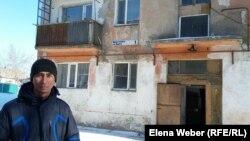 Манай Қазақпаев өзі тұратын үйдің алдында. Теміртау, 26 ақпан 2018 жыл
