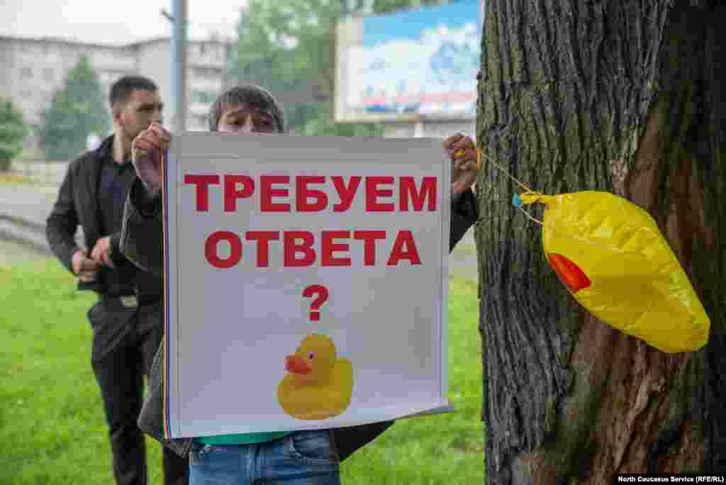 Последователей Навального было немного, компанию им составили люди самых разных политических взглядов: от дальнобойщиков, протестующих против Платона, до молодых коммунистов, самому юному из которых было, по его словам, шестнадцать.