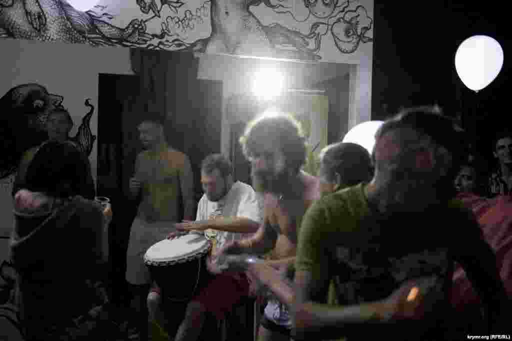 Представники «великого народу» збираються невеликими компаніями на території колишньої «Республіки Z» і танцюють під живі звуки барабанів і гітар, використовуючи для освітлення світлодіоди