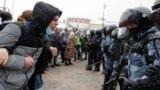 В Москве начались жесткие задержания. В автозаки образовались очереди, сообщает корреспондент Настоящего Времени. По данным на 12:50 мск, всего по России задержали 755 человек