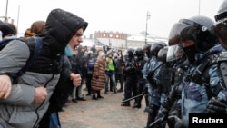 """Демонстрациите в Москва, които искаха освобождаването на политическите затворници и скандираха """"Путин е крадец"""", продължиха над 7 часа."""