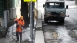 Работники коммунальных служб проводят дезинфекцию одной из улиц в Ялте
