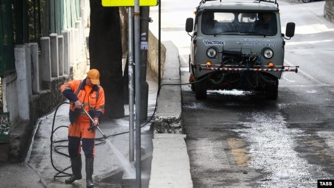 Люди в масках и дезинфекция улиц: что происходит в карантинной Ялте (фотогалерея)