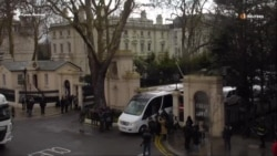 Машины российских дипломатов покинули посольство в Лондоне (видео)