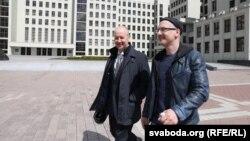 Валер Цапкала (зьлева) і кіраўнік ягонай ініцыятыўнай групы Андрэй Ланкін каля ЦВК, 20 траўня