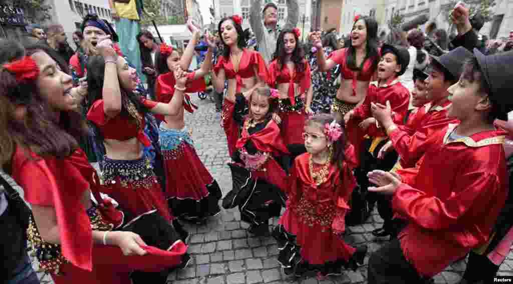 Republika Çeke, pjesëmarrësit vallëzojnë valle në Festivalin Botëror Rom në Pragë, 30 Maj 2014.