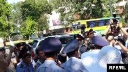 Полицейские пытаются остановить акцию в защиту свободы слова. Алматы, 24 июня 2009 года.