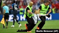Акцыя Pussy Riot «Міліцыянт уступае ў гульню» падчас фіналу чэмпіянату сьвету па футболе ў Маскве, 15 ліпеня 2018 году