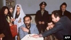 روز رای گیری برای همه پرسی تعیین نظام جدید ایران بعد از انقلاب بهمن ۵۷ (عکس:AFP)