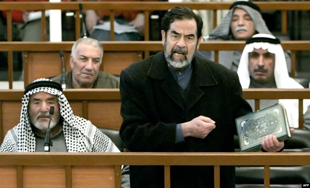 محاکمه صدام در منطقه حفاظتشده بغداد موسوم به منطقه سبز صورت گرفت؛ در این تصویر او و هفت وکیلش در فوریه سال ۲۰۰۵ در دادگاه.