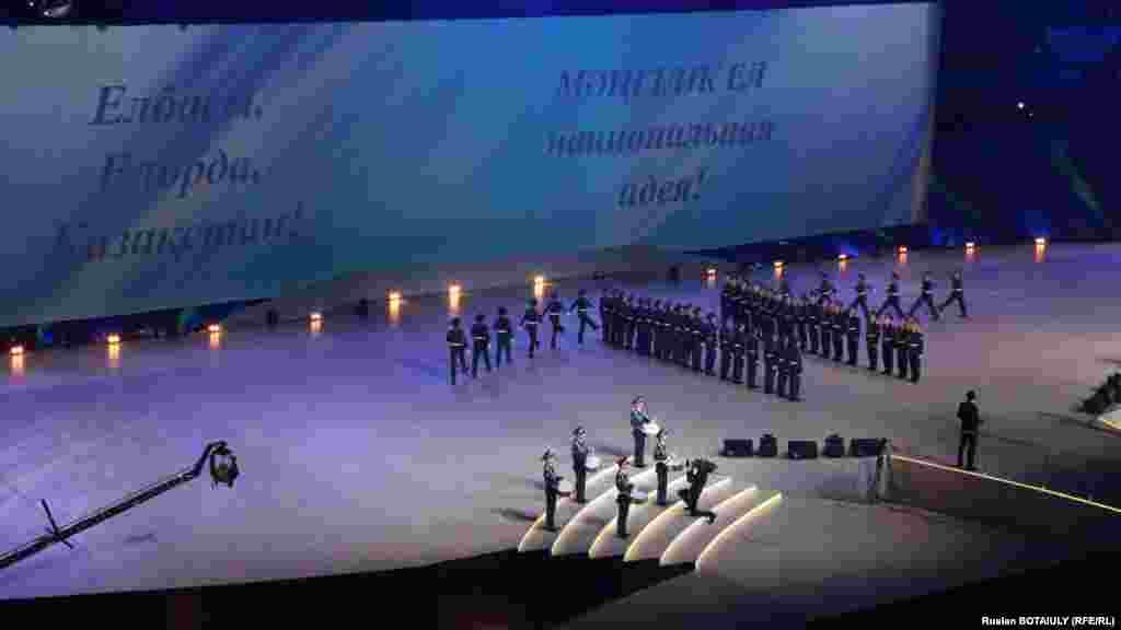 В концерте в честь Дня первого президента участвуют солдаты Национальной гвардии. Астана, 1 декабря 2014 года.