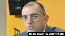 Na čelo javnih preduzeća postavljaju se provereni partijski kadrovi koji su uglavnom nekompetentni: Dragan Dobrašinović