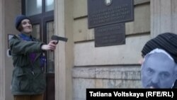 Активисты организации «Молодежное Яблоко» изображают «расстрел» Александра Лукашенко возле отделения посольства Белорусси в Санкт-Петербурге.
