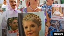 Mbështetëset e Yulia Tymoshenkos gajtë një proteste në Kiev të Ukrainës