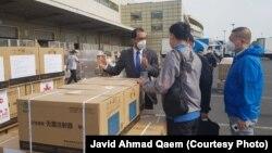جاوید احمد قایم سفیر افغانستان در چین حین انتقال واکسین کمک شده چین به افغانستان در میدان هوایی پیکنگ
