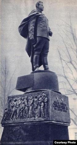 Памятник Ивану Черняховскому в Вильнюсе, демонтированный властями Литвы в 1990 году