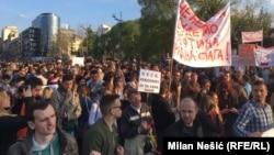 Učesnici sedmog protesta ispred Narodne skupštine