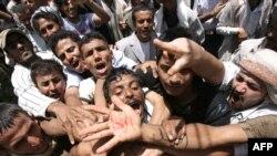 Участники антиправительственной демонстрации в Сане