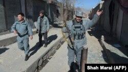 Кобул кўчаларини назорат қилаётган полициячилар.