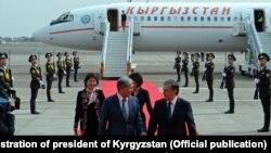 Mirziyoev va rafiqasini Bishkek aeroportida prezident Atambaev va rafiqasi kutib olib¸ yana kuzatib qolgan edi.