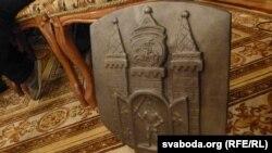 Накладкі на агароджу моста — герб Магілёва і выява льва