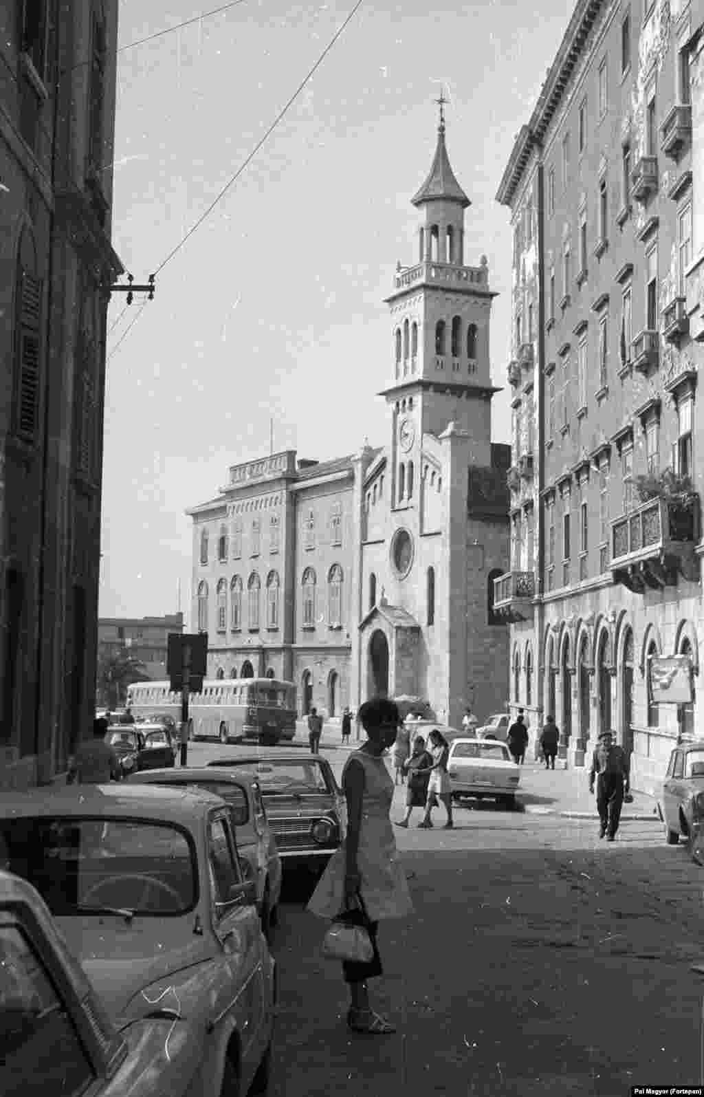 Люди гуляют по улицам Сплита, Хорватия, 1965 год.