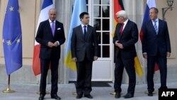 Глава МИД Германии Франк-Вальтер Штайнмайер (второй справа), глава МИД России Сергей Лавров (справа) и глава МИД Украины Павел Климкин (второй слева), глава МИД Франции Лоран Фабиус. Берлин, 17 августа 2014 года.