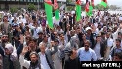 "Owganystanyň ýaşyllar hereketi ""Talybanyň"" awtobus ýolagçylaryna eden hüjümine garşy protest geçirýär, Kabul, 2-nji iýun, 2016."