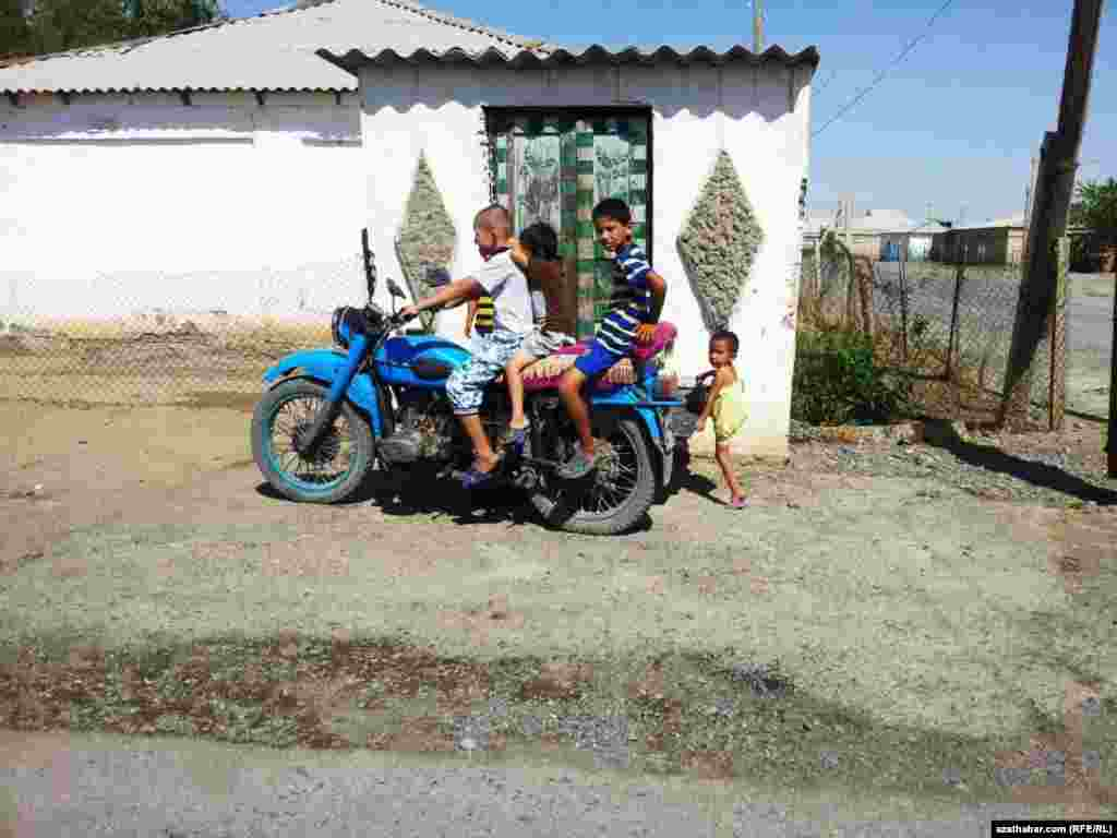 Motosiklete höwesli çagalar