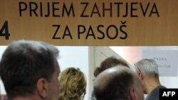 Gužva na šalterima za prijem zahtjeva za pasoš u Sarajevu uoči ukidanja viznog režima, novembar 2010.