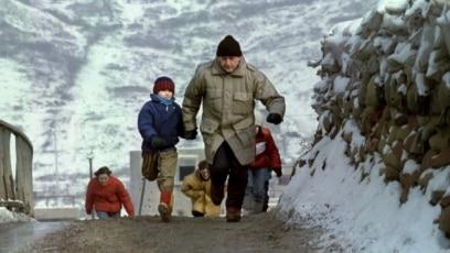Otac i sin pokušavaju da izbegnu snajpersku paljbu, Sarajevo 4. januar 1993.