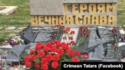 Разбитые плиты памятника в Орловке, Севастополь
