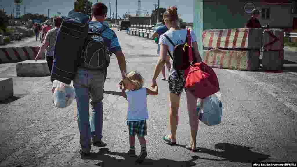 Среди желающих пройти административную границу много родителей с маленькими детьми