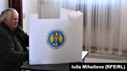 Избиратель голосует на участке в Кишинёве, 24 февраля 2019 г.