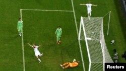 Lojtarët gjermanë me fanela të bardha i gëzohen golit të shënuar kundër Algjerisë
