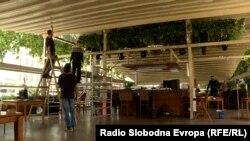 Кафулиња во центарот на Скопје се подготвуваат за повторно отворање, откако беа затворени подари коронавирусот.