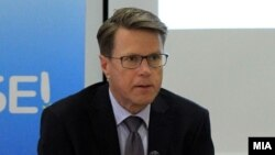 Шефот на делегациајата на ЕУ во Македонија Самуел Жбогар на денешната прес-конференција.