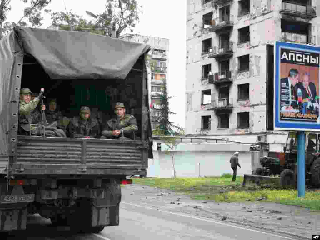 Российские пограничники прибывают в Сухуми