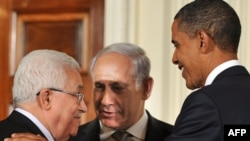 دیدار سه جانبه باراک اوباما (راست)، رییس جمهور آمریکا، با بنیامین نتانیاهو (وسط)، نخست وزیر اسرائیل و محمود عباس، رییس تشکیلات خودگردان فلسطینی در سپتامبر سال جاری برای مذاکرات صلح