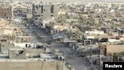 منازل دمرها القصف في الرمادي. الصورة في 30 تموز 2014.