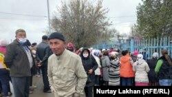 Жаңашамалғвн ауылдық округі әкідігінің алдында 42500 теңгені талап етіп тұрған тұрғындар. 3 сәуір, 2020 жыл Алматы облысы