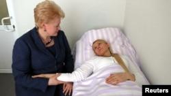 Даля Ґрібаускайте під час зустрчі з Юлією Тимошенко в лікарні в Харкові, 11 травня 2012 року